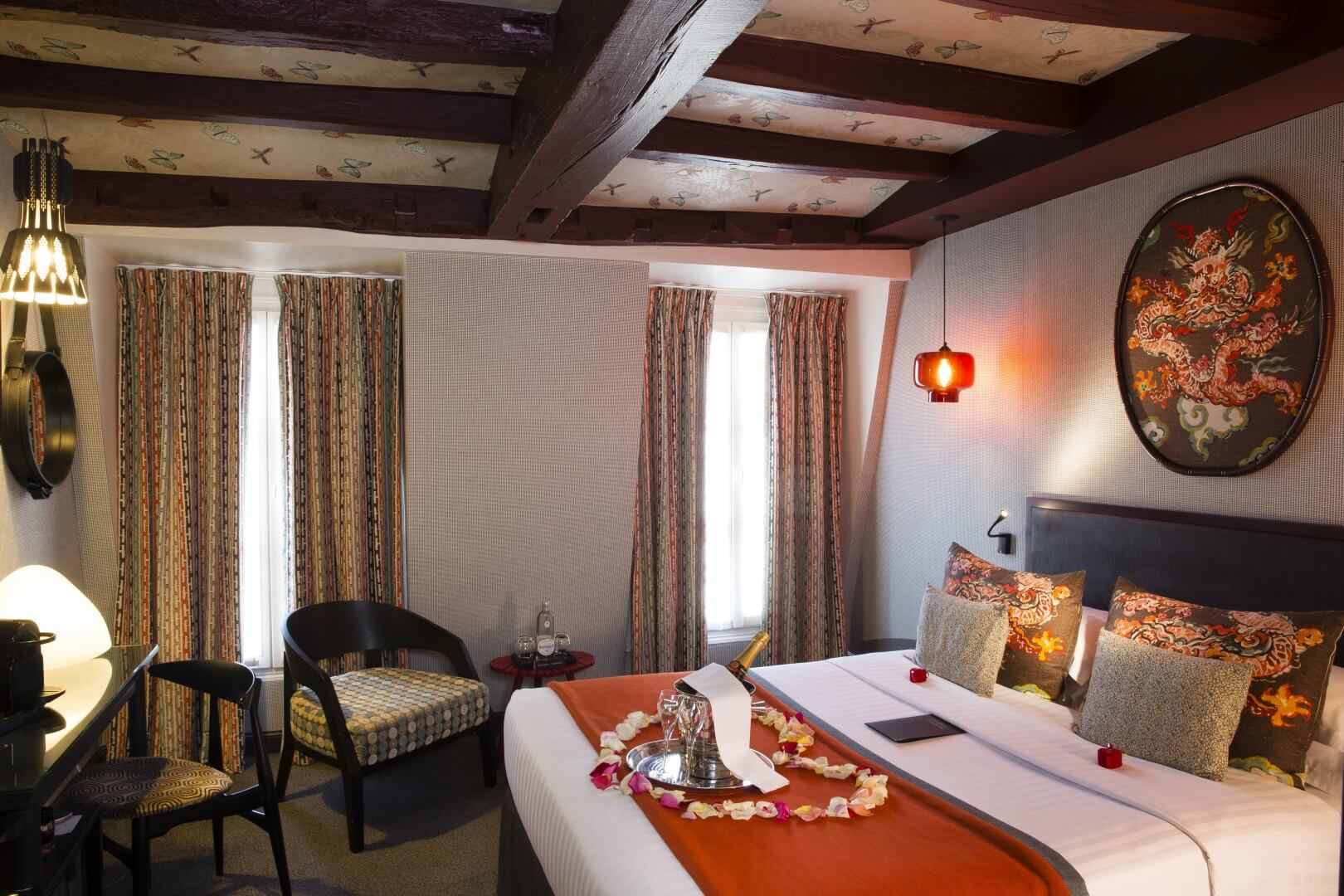 Paris hotel les dames du pantheon 4 star hotel st for Chambre romantique paris